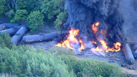 Mosier_Oregon_2016_oil_tank_car_burning_01.jpg